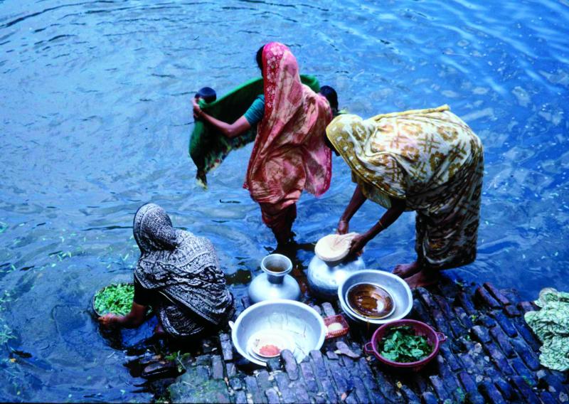 Inderer vasker grøntsager i Ganges-floden